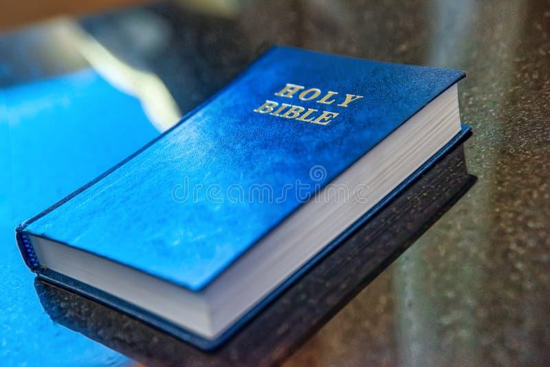 De heilige Bijbel ligt op de lijst stock foto