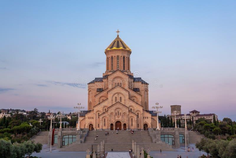 De Heilige Driedaagse kathedraal van Tbilisi Sameba in de avond - de belangrijkste kathedraal van de Georgisch-orthodoxe Kerk Geo stock foto