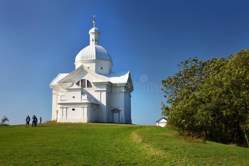 De Heilige Heuvel met de St Sebastian ` s kapel in de Tsjechische republiek van Mikulov stock fotografie