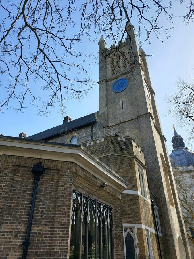 De heilige Kerk van Drievuldigheidsbrompton een Anglicaanse kerk in het hart van Londen dat tegen blauwe hemel en boom wordt beke royalty-vrije stock afbeelding