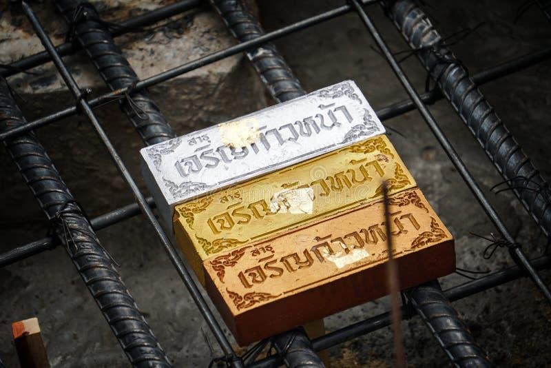 De heilige voorwerpen begraven onder grond voor geluk in de Thaise Brahmaanceremonie royalty-vrije stock afbeelding