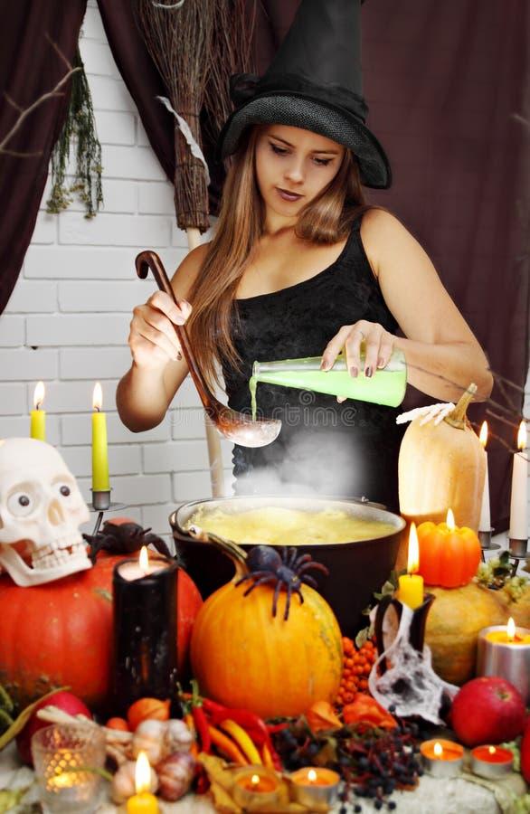 De heks giet geheim ingrediënt stock afbeeldingen