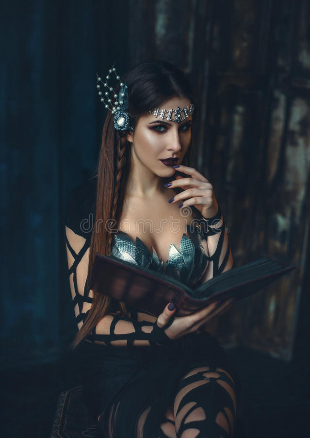 De heks leert magisch stock foto