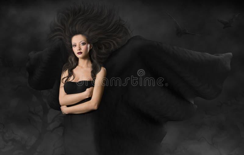 De Heks van vrouwenhalloween, Magisch Meisje met Zwarte Vleugels in Nacht stock foto's