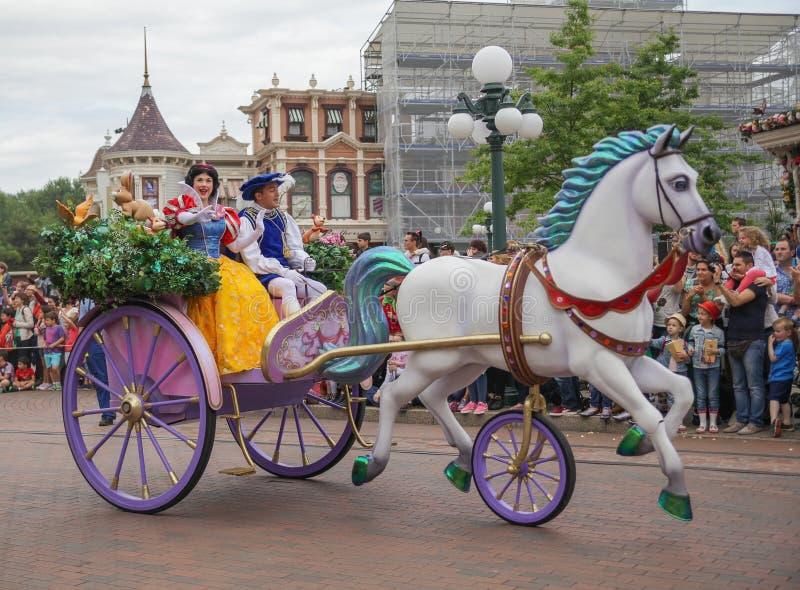 De helden paraderen bij Disneyland sneeuwwit royalty-vrije stock foto
