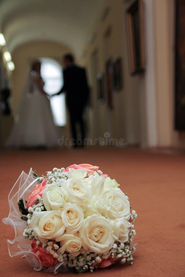 De heldere beige kleuren van het huwelijksboeket en de bruid en de bruidegom voor een gang in het Museum royalty-vrije stock foto's