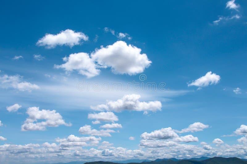 De heldere blauwe hemelachtergrond en de witte wolken groeperen patroon die met wind drijven, de zomerdag royalty-vrije stock afbeeldingen