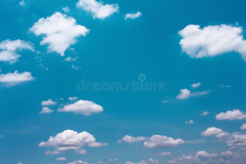 De heldere blauwe hemelachtergrond met witte wolken groepeert patronen in de zomerdag en exemplaarruimte royalty-vrije stock afbeeldingen