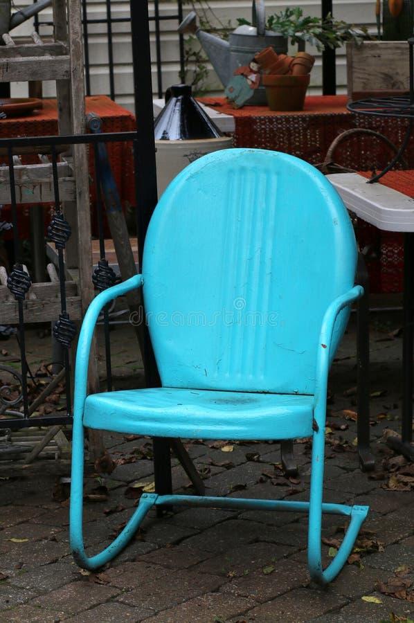 De heldere blauwe metaalstoel is voor verkoop bij de winkel stock afbeeldingen