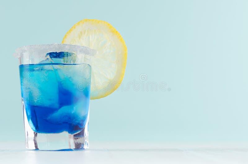 De heldere cocktail van het de zomer verse blauwe fruit met blauwe curacao alcoholische drank, ijsblokjes, suikerrand, citroenpla royalty-vrije stock foto's