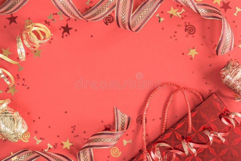De heldere feestelijke confettien en lintenkoraalvlakte lag royalty-vrije stock fotografie