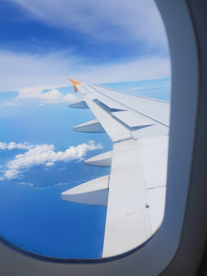 De heldere hemel Om door een vliegtuigvenster te schieten stock afbeeldingen
