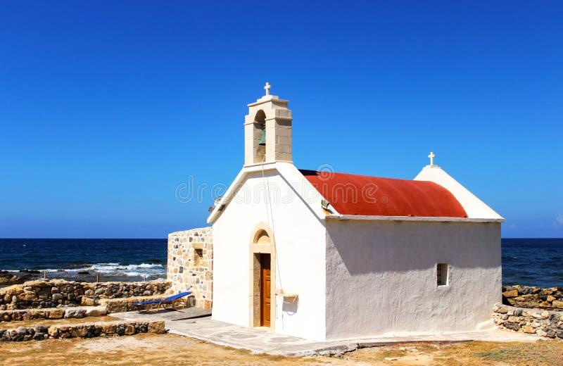 De heldere kerk van de de zomerfoto dichtbij het overzees Griekenland Middellandse Zee Vakantie in Europa Vakantie toerisme stock afbeeldingen