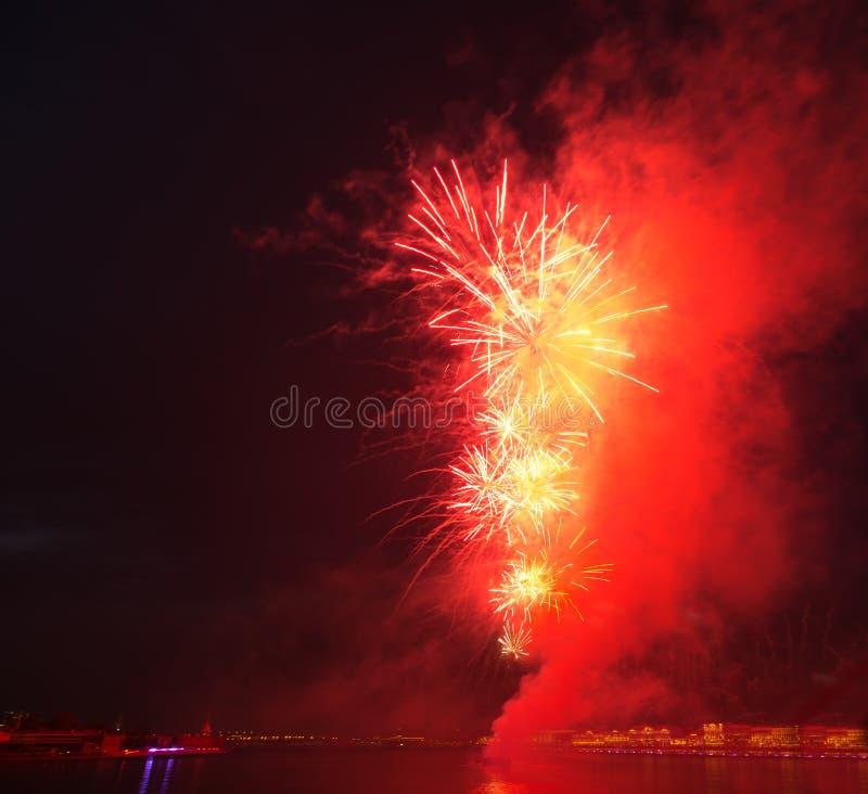 de heldere lichten van de de nachtstad van het explosie rode vuurwerk royalty-vrije stock afbeeldingen