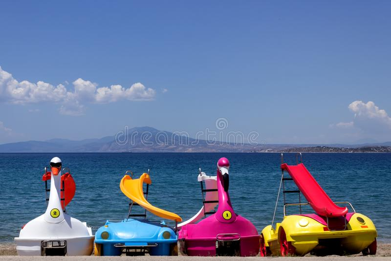 De heldere pedaalboot met dia's wacht op toeristen dichtbij royalty-vrije stock foto's
