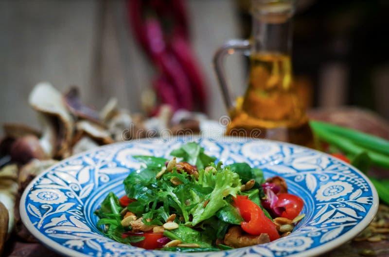De heldere plantaardige salade maakt groen en schiet als paddestoelen uit de grond royalty-vrije stock foto