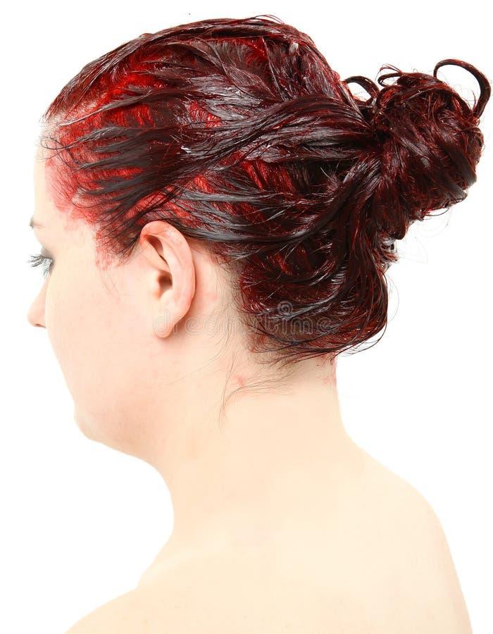 De heldere Rode Kleur van het Haar die op het Hoofd van de Jonge Vrouw wordt opgestapeld stock afbeeldingen