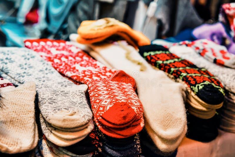 De heldere sierdiesokken maakten van wol bij één van de boxen tijdens de Kerstmismarkt wordt voorgesteld in de winter Riga in L stock fotografie