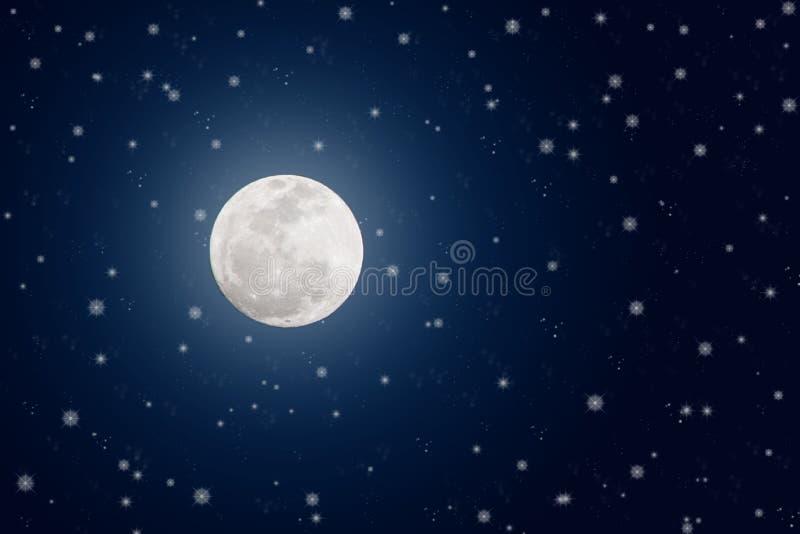 De heldere Volle maan en fonkelt Sterren in Donkerblauwe Nachthemel royalty-vrije stock afbeelding