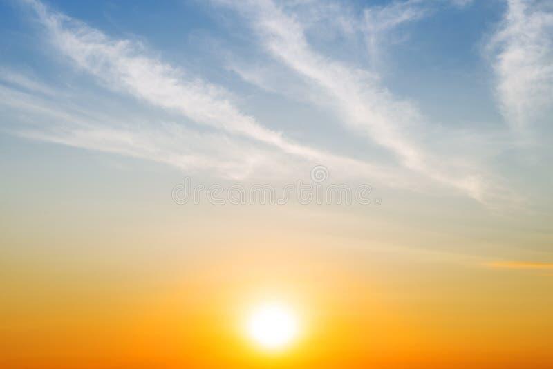 De heldere zon en de zachte bewolkte blauwe hemel met exemplaarruimte royalty-vrije illustratie