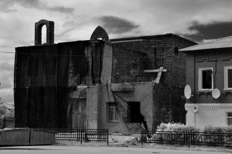 De helft-geruïneerde bouw in het centrum van Tarusa dichtbij Oka, Kaluga-gebied, Rusland royalty-vrije stock afbeelding