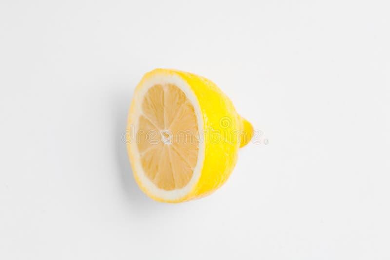 De helft van een verse citroen op wit royalty-vrije stock afbeelding