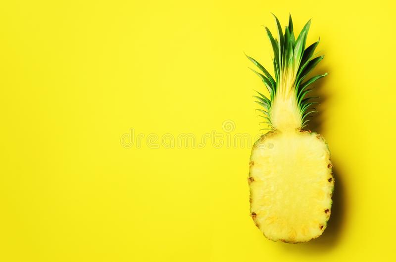 De helft van gesneden ananas op gele achtergrond Hoogste mening De ruimte van het exemplaar Helder patroon voor minimale stijl Ze royalty-vrije stock afbeeldingen