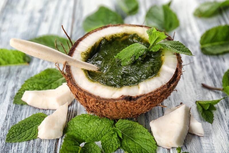 De helft van kokosnoot met de saus van de chutneymunt stock afbeeldingen