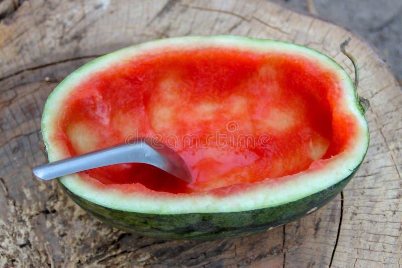De helft van de rode watermeloen werd gegeten royalty-vrije stock foto's