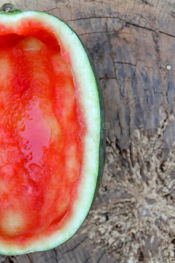 De helft van de rode watermeloen werd gegeten stock foto's