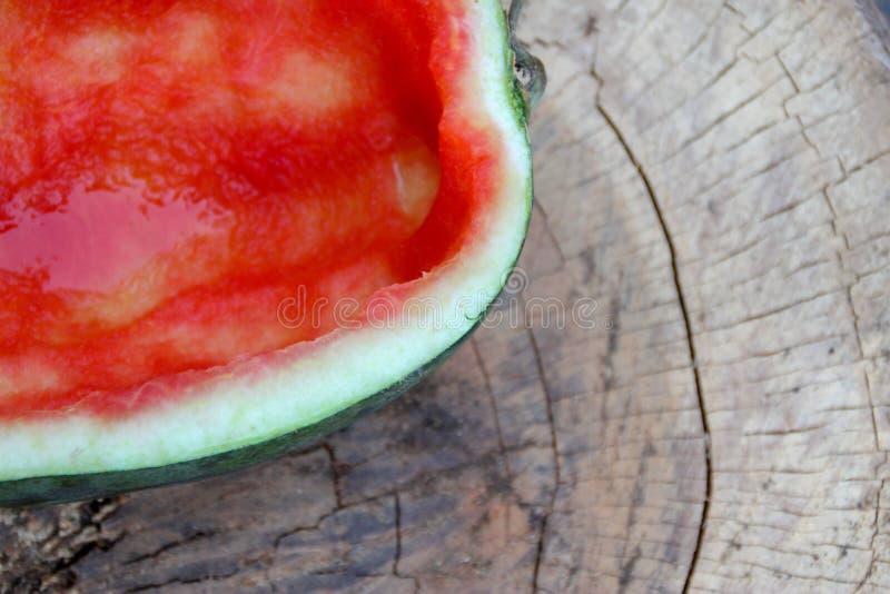 De helft van de rode watermeloen werd gegeten stock fotografie