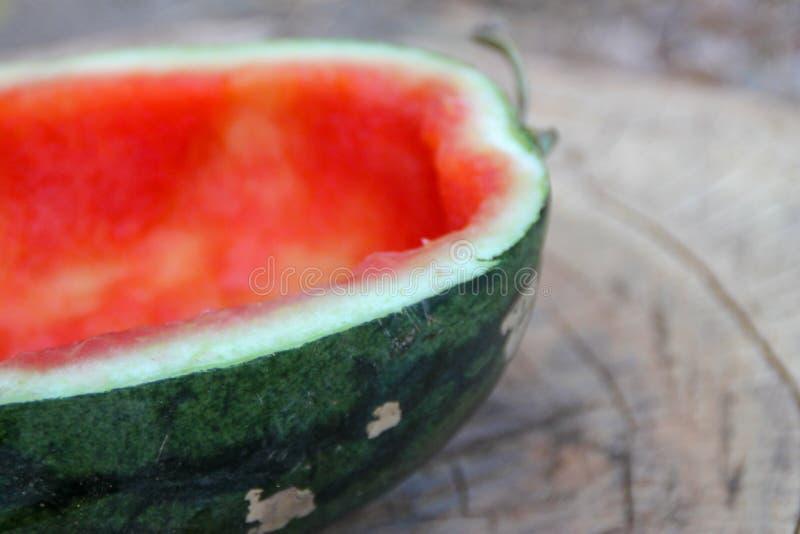 De helft van de rode watermeloen werd gegeten royalty-vrije stock afbeeldingen