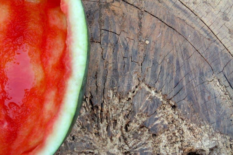 De helft van de rode watermeloen werd gegeten stock foto