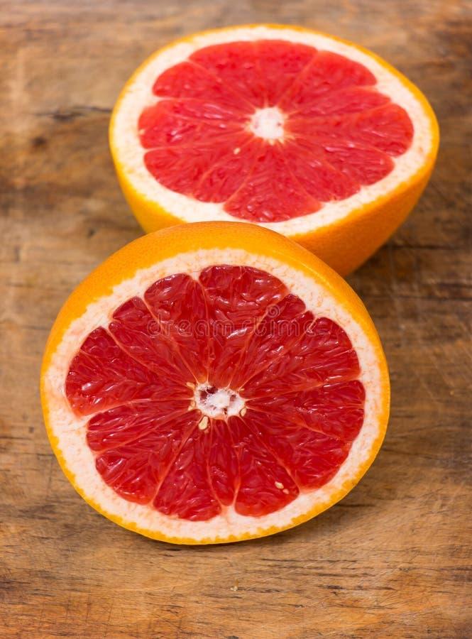 De Helften van de grapefruit stock afbeeldingen