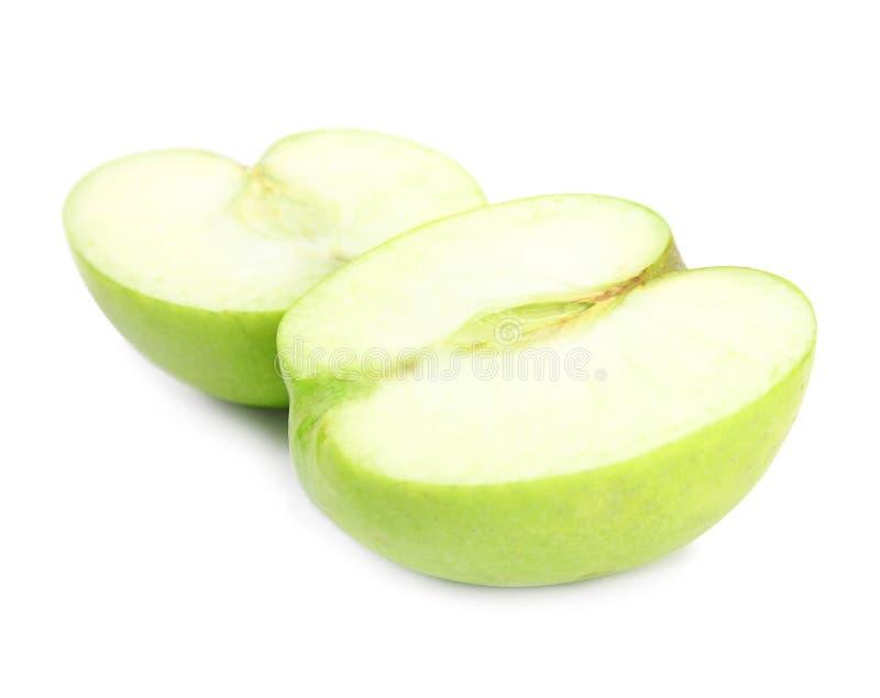 De helften van verse groene appel op wit stock foto's