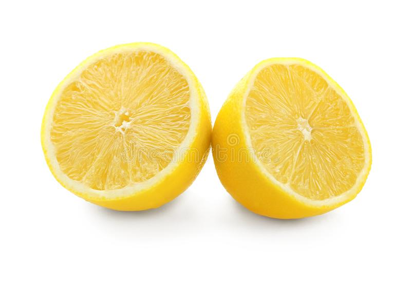 De helften van verse rijpe citroen stock afbeelding