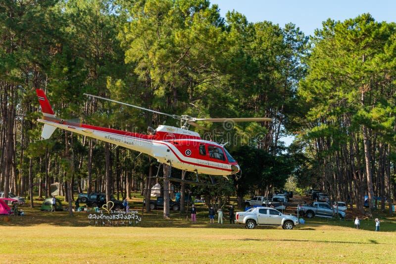 De helikopter die van luchtbuseurocopter AS350 van helihaven opstijgen royalty-vrije stock afbeeldingen