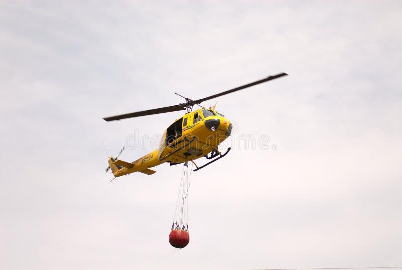De helikopter dragend water van de redding royalty-vrije stock fotografie