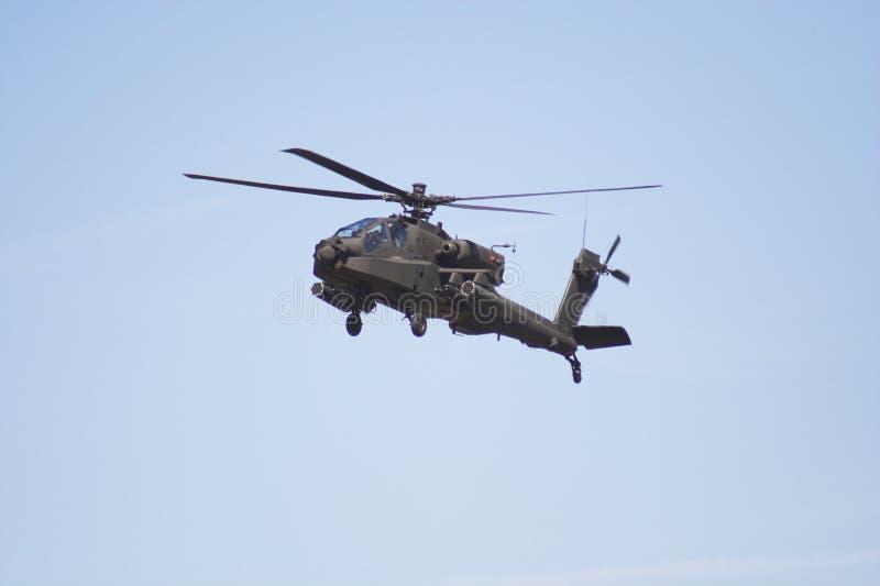De helikopter van Apache tijdens de vlucht
