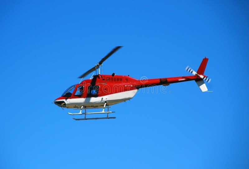 De helikopter van het rood licht tijdens de vlucht stock foto