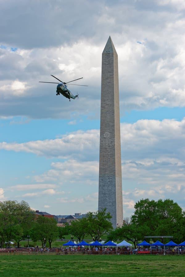 De helikopter vliegt dichtbij het monument van George Washington stock foto's
