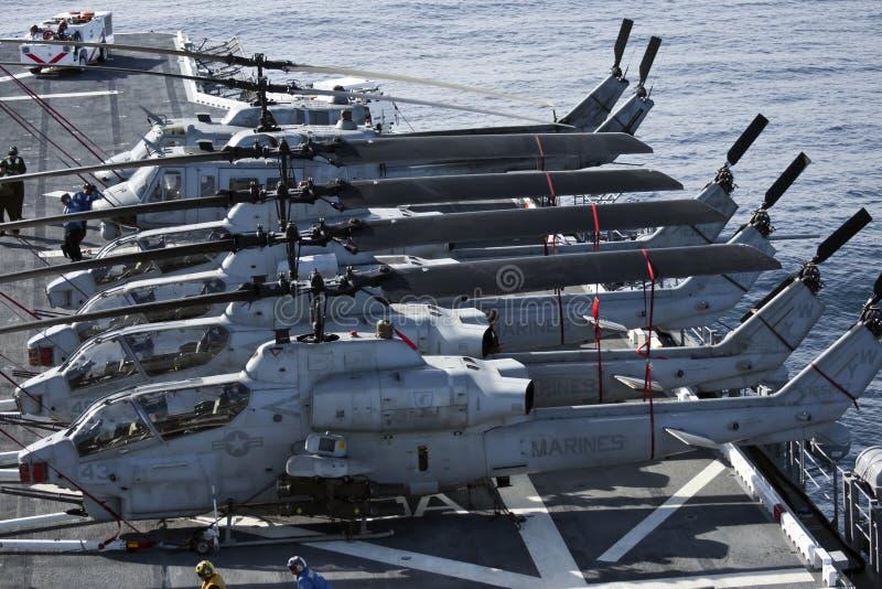 De Helikopters van Huey en van de Cobra aan boord van USS Peleliu royalty-vrije stock foto