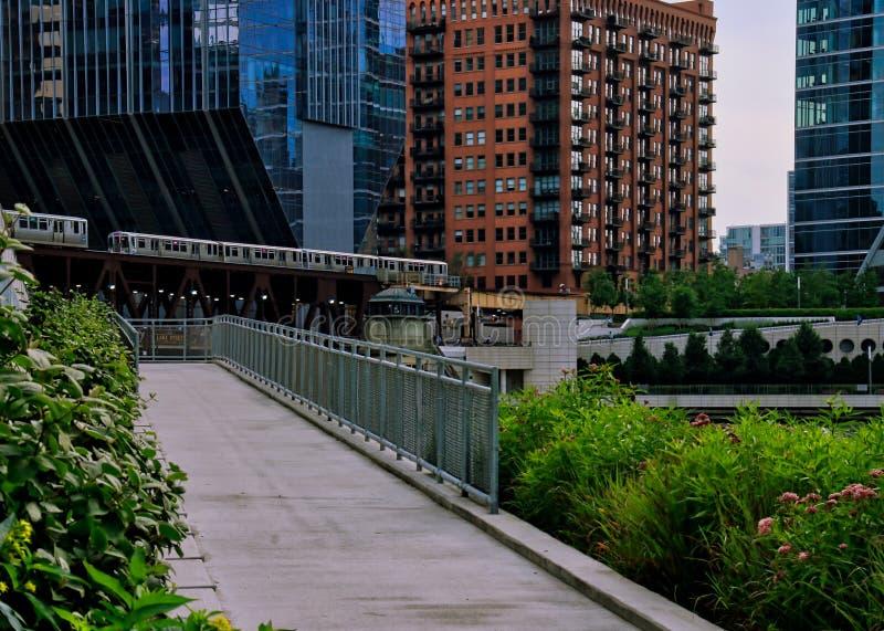 De helling die van de riviergang aan Wacker-Aandrijving die met de opgeheven treinen van ` leiden Gr ` over de Rivier van Chicago stock fotografie