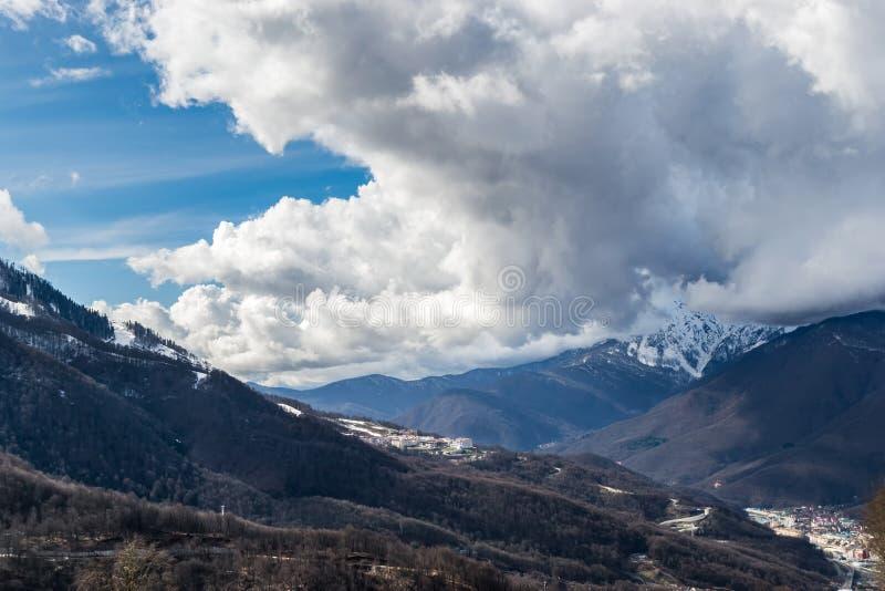 De helling van de berg wordt omringd door een grote dichte wolk royalty-vrije stock foto's