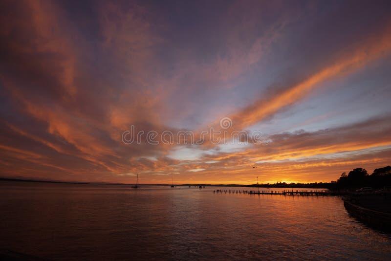 De helling van de Corinellaboot bij zonsopgang van de kant wordt bekeken die stock foto's