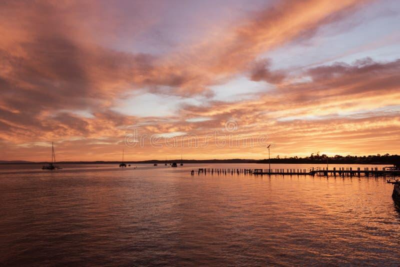 De helling van de Corinellaboot bij zonsopgang van de kant wordt bekeken die stock foto