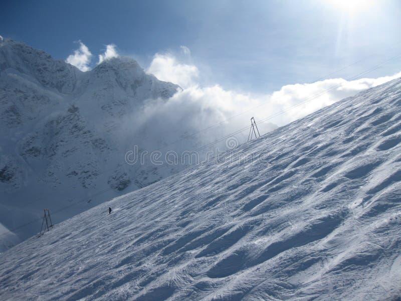 De helling van de ski bij Elbrus bergenmening in de winter. royalty-vrije stock fotografie