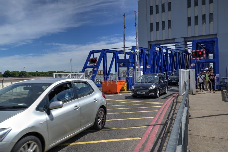De Helling van de zuidenuitgang voor Verkeer die op de Woolwich-vrij-Veerboot met Auto's en Voetgangers het Weggaan aankomen royalty-vrije stock afbeeldingen