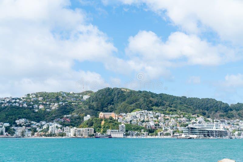 De hellingshuizen dicht bij elkaar aan kant worden ingepakt zetten Victoria, Wellington dat op royalty-vrije stock fotografie