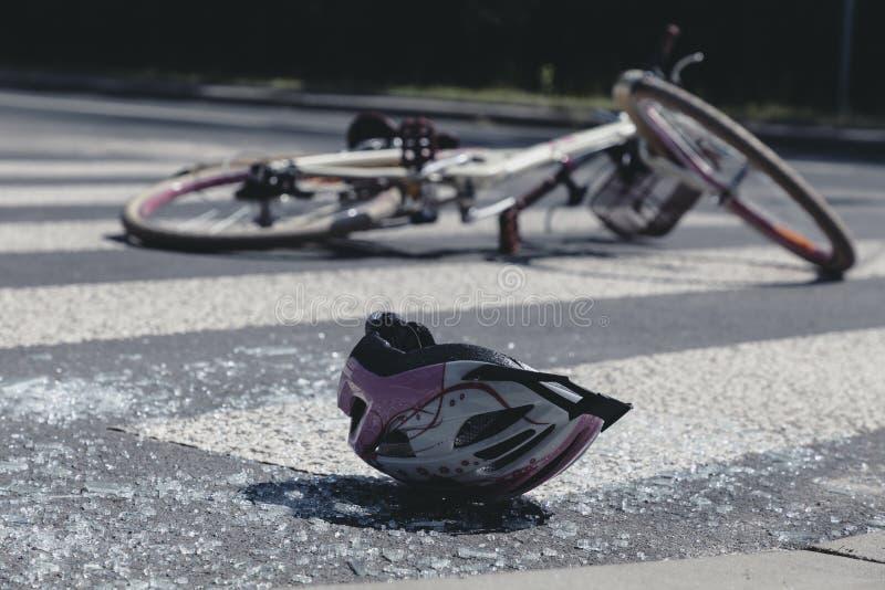De helm die van de witte en roze tiener op gebroken glas na vreselijke autoneerstorting liggen royalty-vrije stock foto